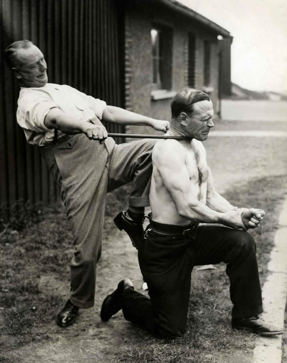"""""""Самый сильный человек в Лондоне"""" смог согнуть стальной прут своейй шеей 04.jpg National Archives / Collection Spaarnestad / Het Leven"""