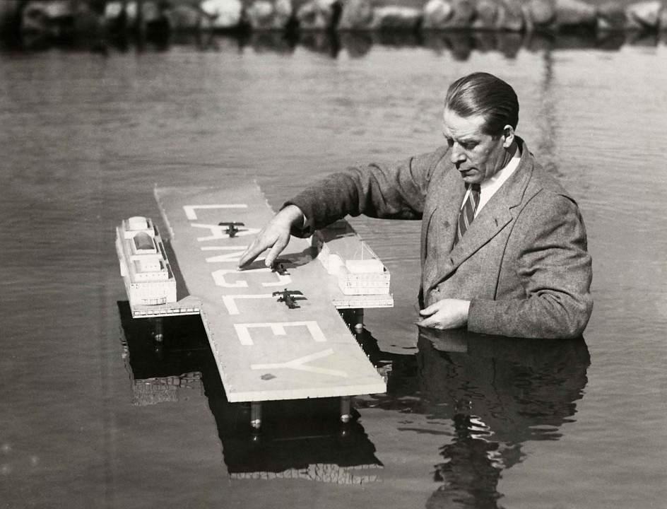 """Канадский инженер Эдвард Р. Армстронг с моделью своего """"гидроаэродрома"""", предназначенного  для дозаправки самолетов трансатлантических рейсов 05.jpg National Archives / Collection Spaarnestad / Het Leven"""