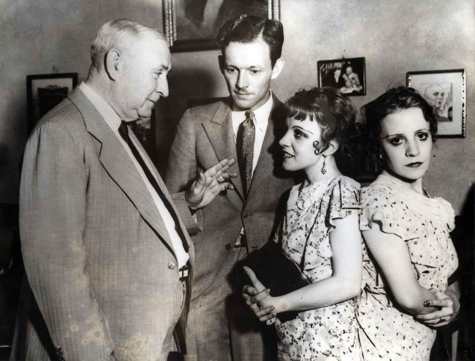 Сиамские блинецы Дейзи и Виолетта Хилтон, узнают, что им запрещено выходить за муж 1934 06.jpg National Archives / Collection Spaarnestad / Het Leven
