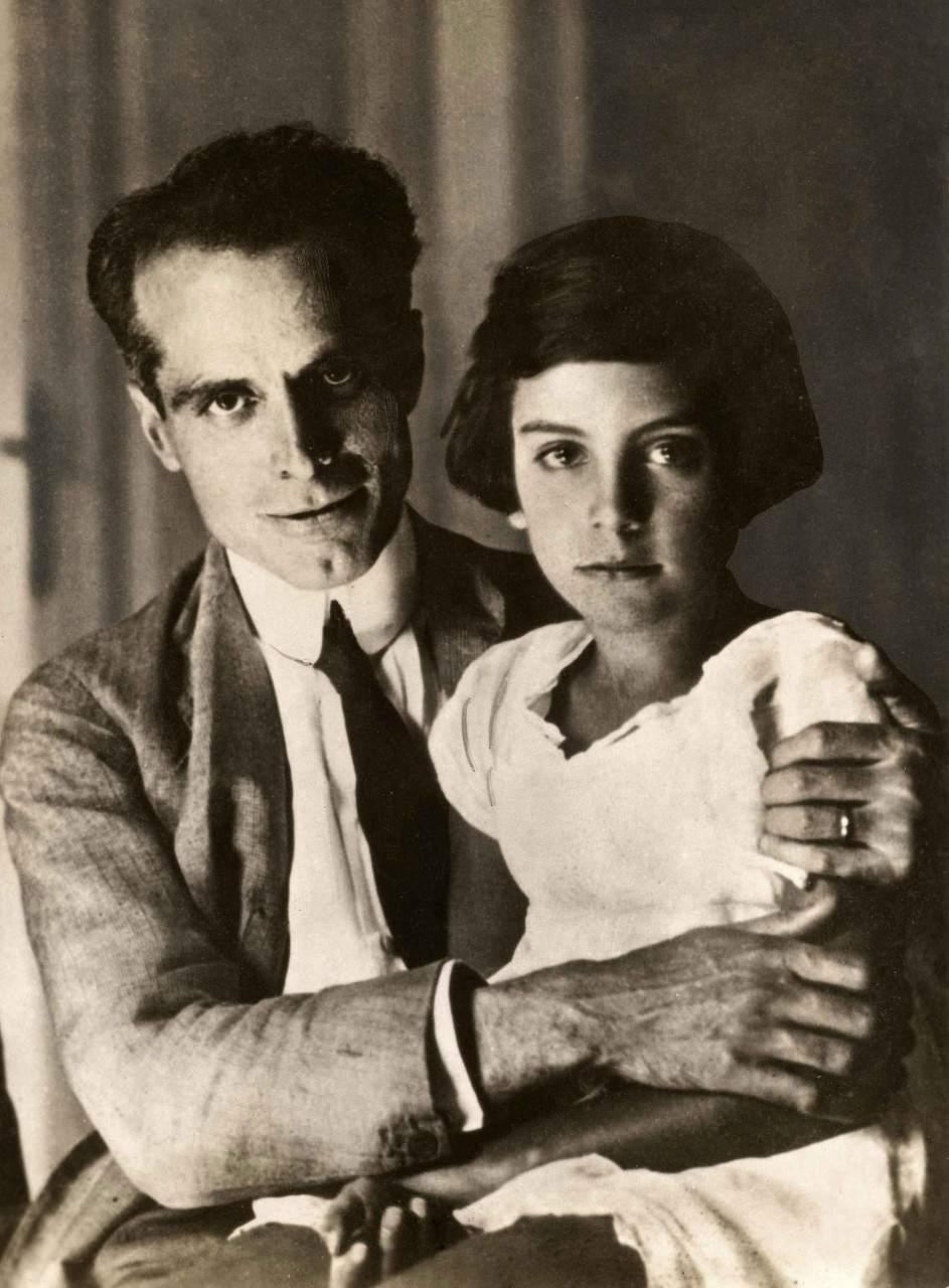 Умберто Нобиле встретился со своей дочерью после после крушения его дирижабля во время экспедиции на Северный полюс в 1928 году. Большая часть экипажа погибла  7.jpg National Archives / Collection Spaarnestad / Het Leven