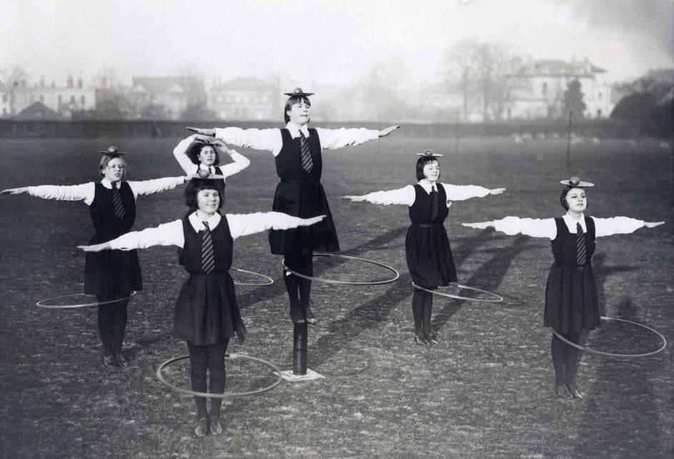 Упражнение с обручем в английской школе 02.jpg National Archives / Collection Spaarnestad / Het Leven