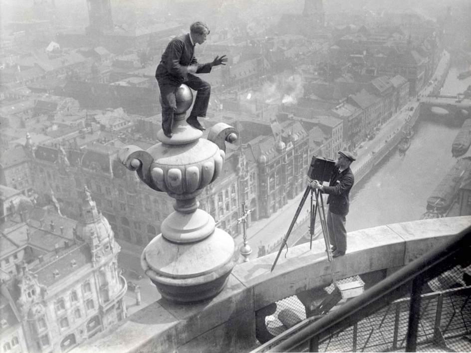 Акробат демонстрирует свои навыки оператору в 1925 году 03.jpg National Archives / Collection Spaarnestad / Het Leven